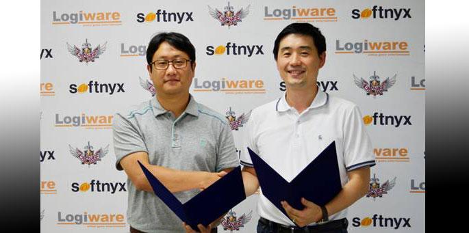 Firma de contrato de 'GranAge' realizado en la oficina central de Softnyx  (Desde la izquierda: Saehoon Kim, representante de Logiware, y Sanchez Chang responsable de negocios de Softnyx